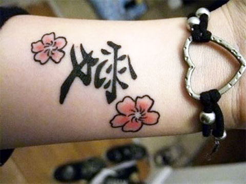 Женская тату с иероглифами