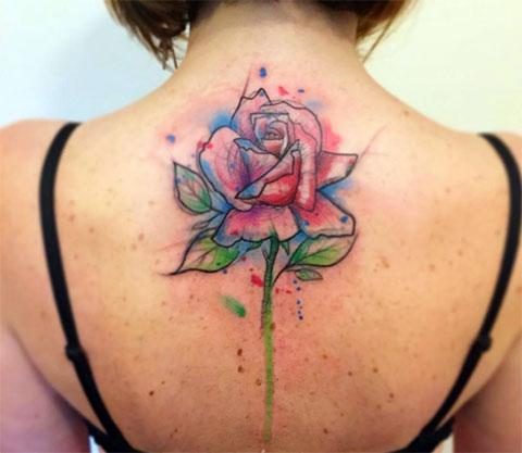 Фото татуировки с цветком на спине