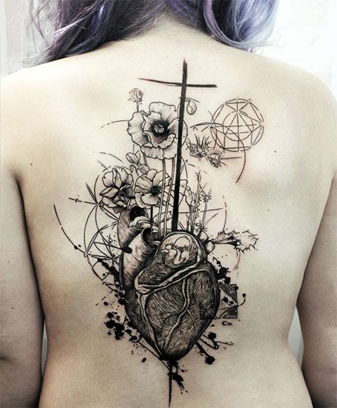 Татуировка в стиле графики на спине у девушки