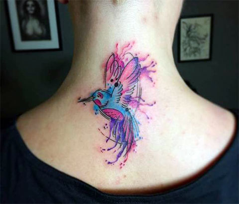 Татуировка колибри на шее для девушек