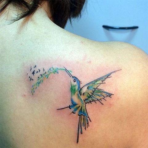 Татуировка колибри на лопатке у девушки