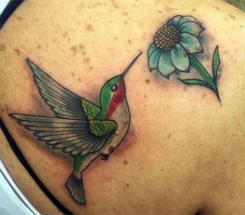 Татуировка колибри с цветком на правой лопатке