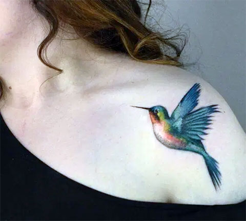 Тату колибри на плече у девушки - фото