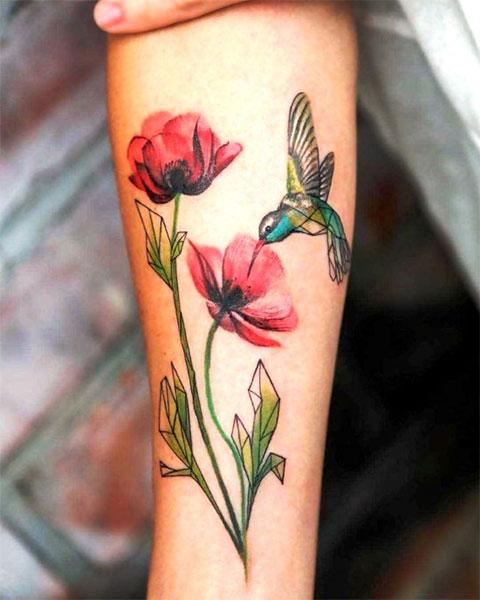 Тату колибри с цветком на руке у девушки
