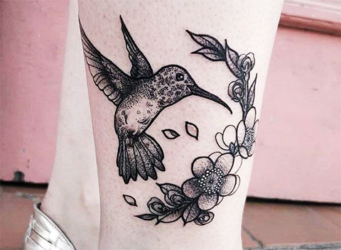 Тату колибри на ноге у девушки - фото