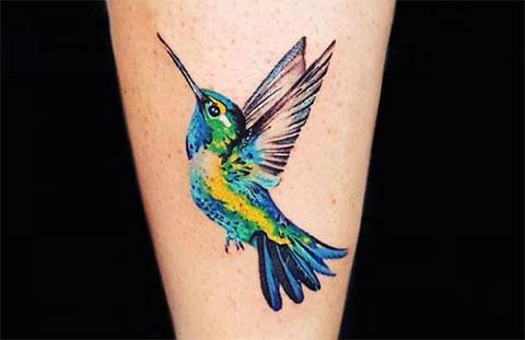 Татуировка колибри на ноге у девушки - фото