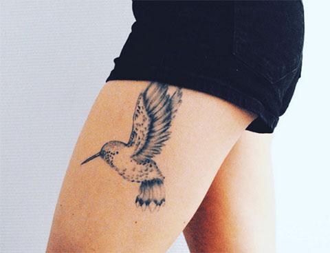 Тату колибри на ноге у девушки