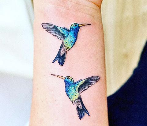 Колибри на запястье - татуировка для девушек