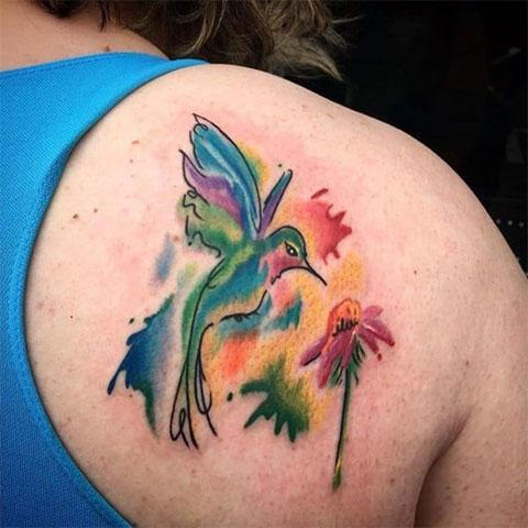 Тату колибри с цветком на лопатке