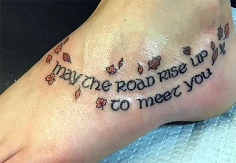 Надписи на ноге - женская татуировка