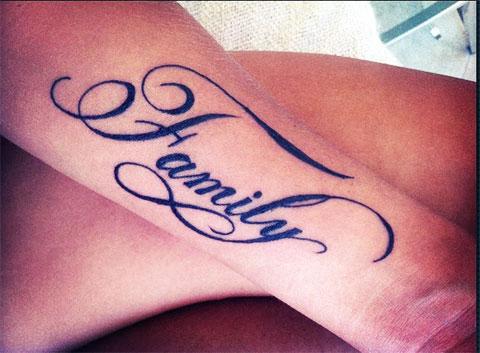 Тату надписи на руке у девушки