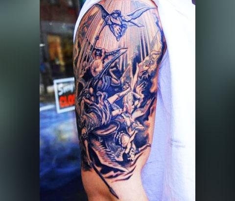 Мужская татуировка на плече