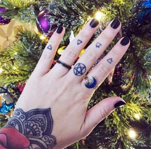 Тату символы на пальцах