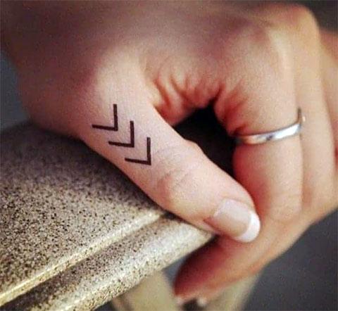 Тату символы на пальце