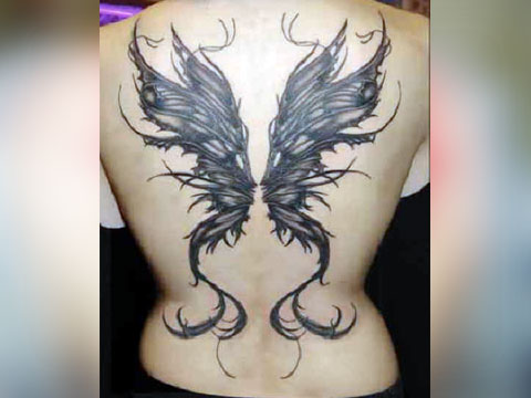 Тату в виде крыльев на спине у девушки