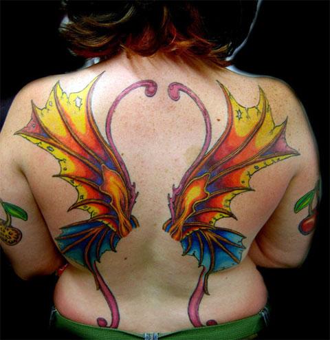 Красивая тату крылья на спине у девушки