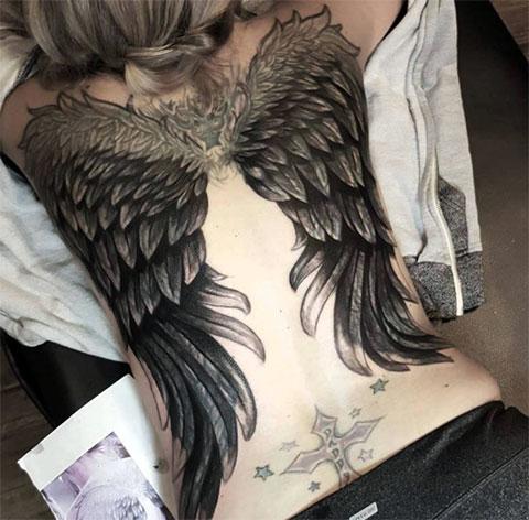 Тату крылья ангела на спине у девушки - фото