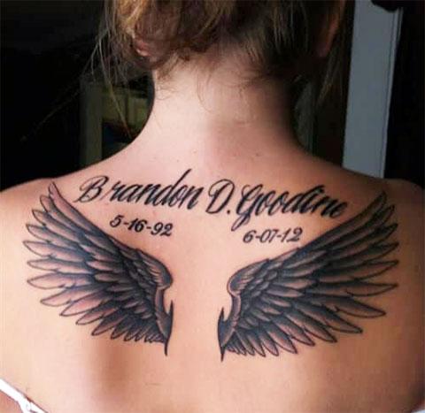 Татуировка крылья ангела на спине у девушки - фото