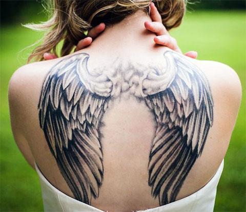Татуировка крылья ангела на спине у девушки