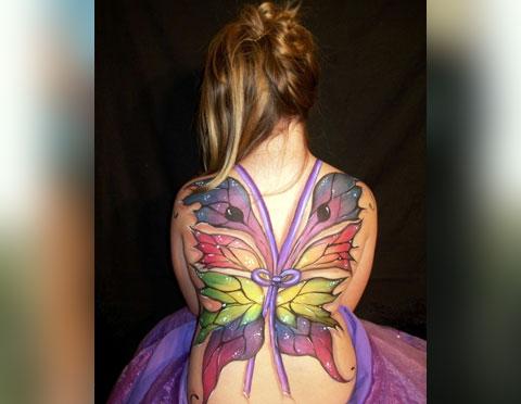 Тату крылья на спине у девушки - фото