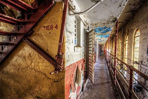 В корпусе заброшенной тюрьмы