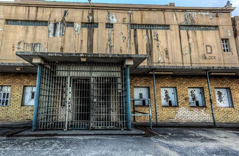 """Блок """"D"""" тюрьмы в Теннесси. Пилинг снаружи и маленькие закрытые окна камер придают зданию жуткий облик"""