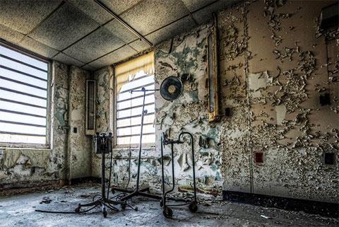 Джеймс Эрл Рэй, человек, осужденный за убийство Мартина Лютера Кинга, содержался в этой камере в 1960-х годах. Жуткие остатки его больничного оборудования стоят на месте, в то время как стены с возрастом и заброшенностью отслаиваются