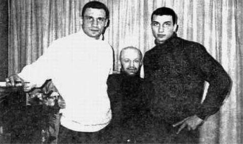 По краям братья Кличко, в центре: авторитет Виктор Рыбалко (Рыбка)