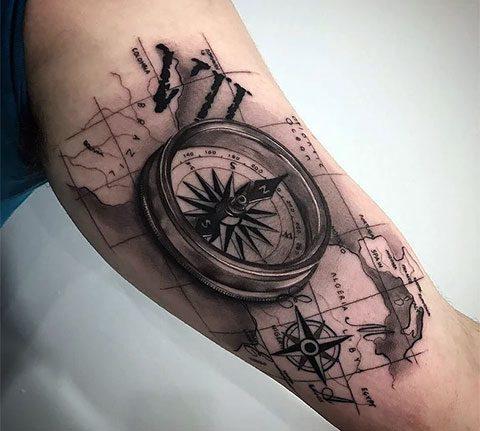 Татуировка с компасом на руке - фото