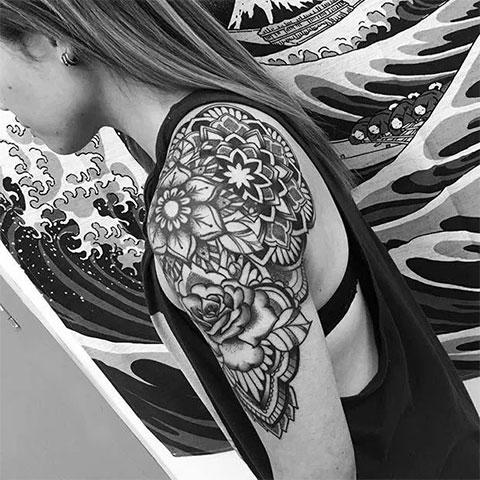 Женская татуировка на плече у девушки