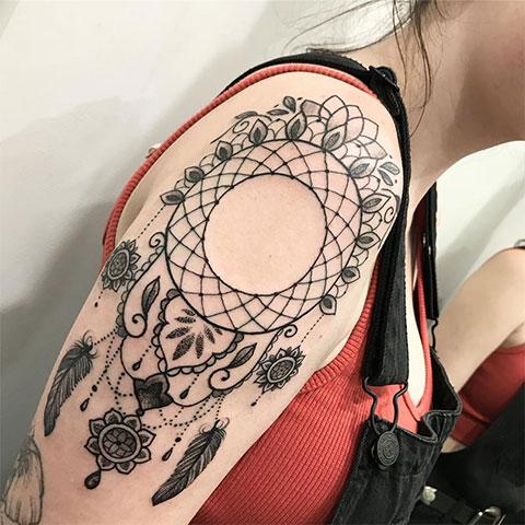 Женская татуировка на плече