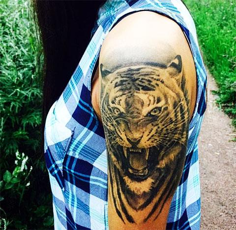 Женские татуировки на плече