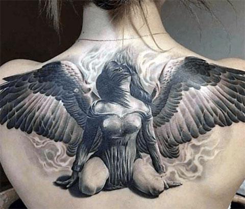 Женская тату на спине - фото