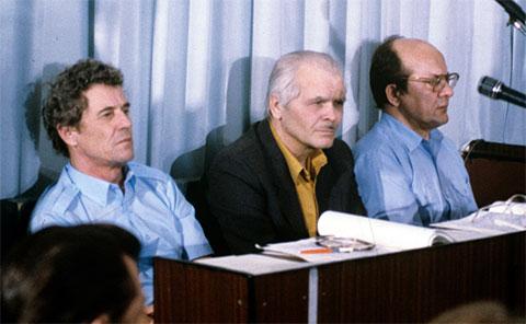 Слева: директор ЧАЭС Виктор Брюханов, Анатолий Дятлов и главный инженер Николай Фомин на скамье подсудимых