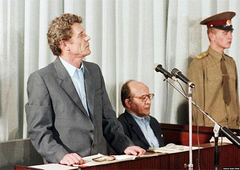 Дело по обвинению бывшего руководства ЧАЭС. Слева: бывший директор Чернобыльской атомной электростанции Виктор Брюханов и бывший главный инженер Николай Фомин во время судебного заседания