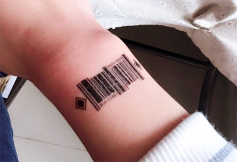 Татуировка штрих код на запястье