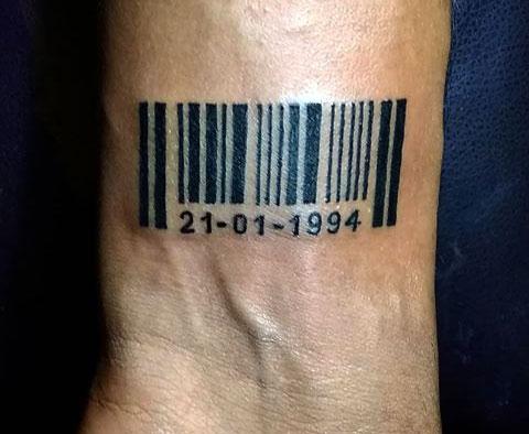 Тату штрих код на запястье у мужчины