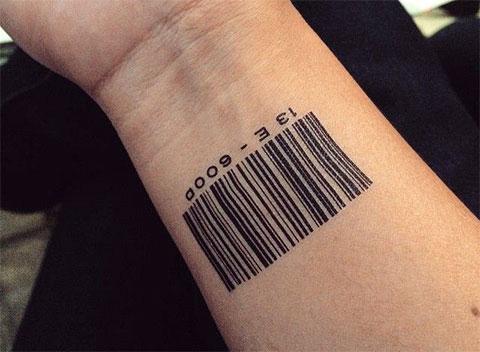 Татуировка со штрих кодом на запястье