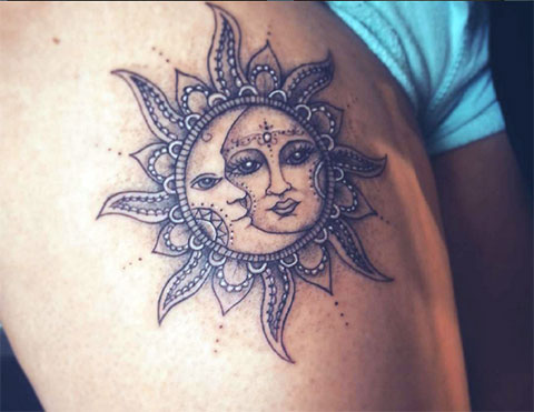 Тату черное солнце и луна на бедре у девушки