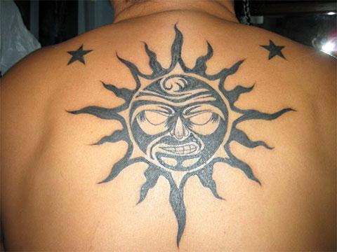 Тату черное солнце на спине