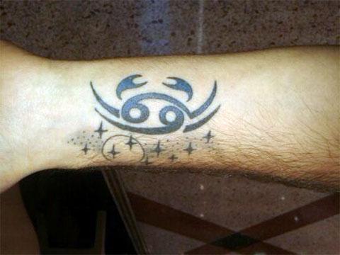 Тату знак зодиака рак на руке