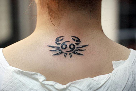 Тату знак зодиака рак под шеей у девушки - фото