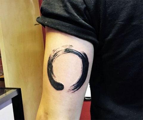 Тату круг на руке
