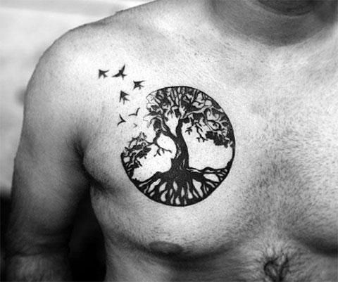 Тату дерево на груди у мужчины