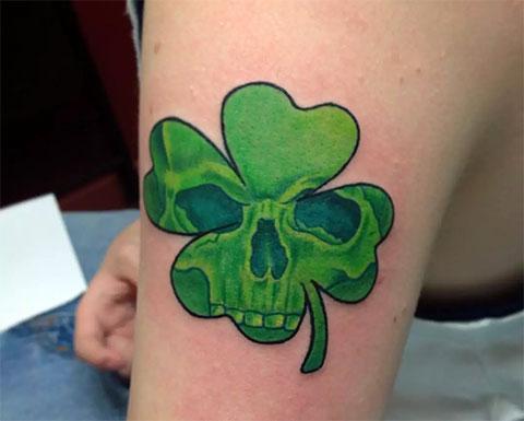Татуировка в виде клевера