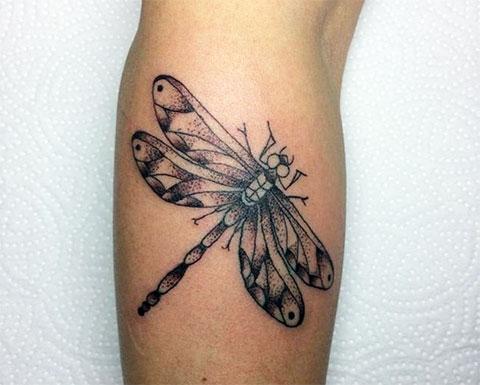 Татуировка стрекоза на руке
