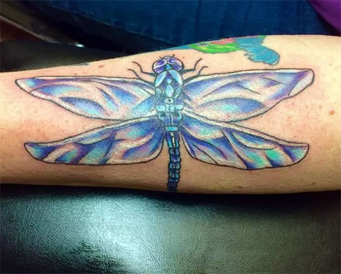 Татуировка с цветной стрекозой на руке