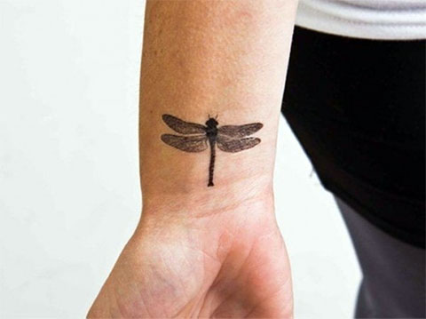 Татуировка стрекоза на запястье