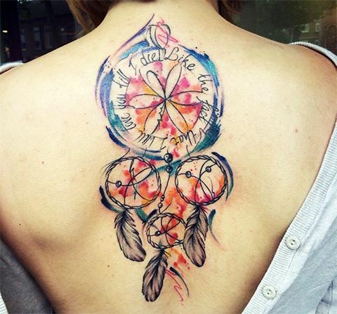 Татуировка ловец снов на спине у девушки