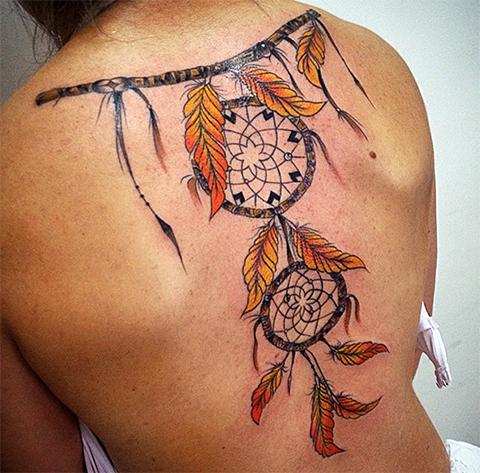 Татуировка ловец снов на спине - фото у девушки